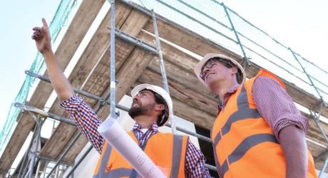 Bauleiter/ Ingeneiur vor Ort auf einer Baustelle von einem Neubau Einfamilienhaus